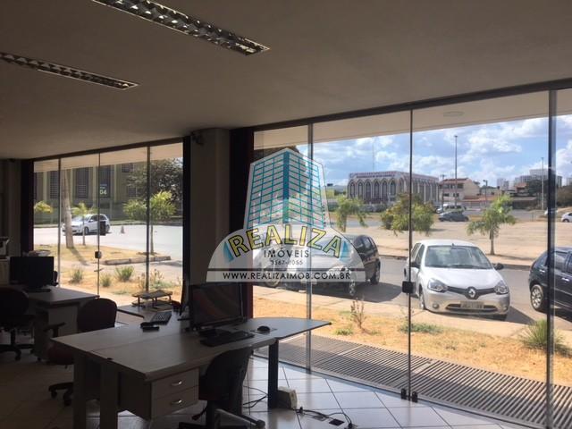 EXCELENTE PRÉDIO DE ESQUINA, FRENTE PARA A PISTA COM UMA LOCALIZAÇÃO SUPER PRIVILEGIADA COM 548m² de área construída.
