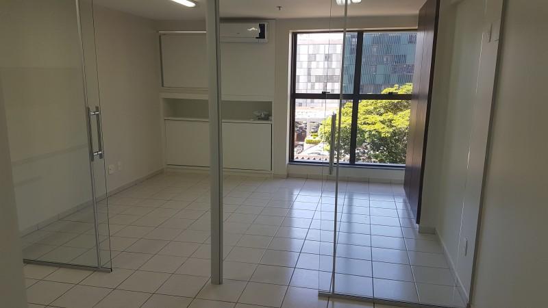 Vendo excelente sala comercial 27m2, reformada, ar condicionado, 1 vaga de garagem, Asa Sul - DF